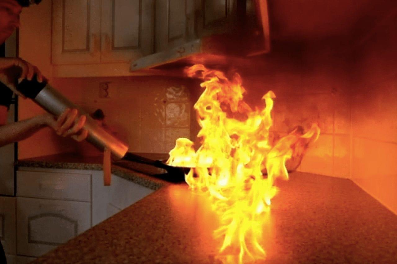 Eldlåga från stekpanna släcks med en Firemill