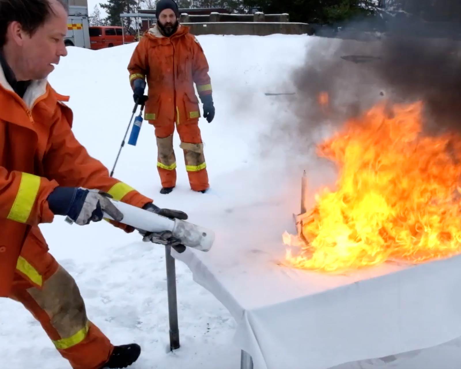 Andreas och Martin släcker eld utomhus med en Firemill