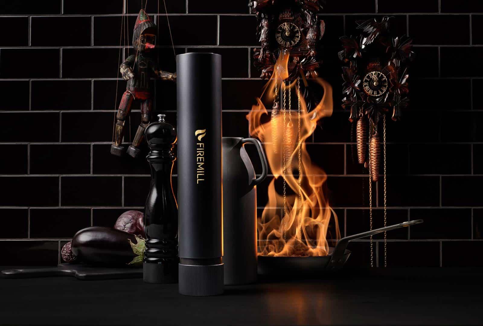 Svart Firemill med svart kakel och eld i stekpanna i bakgrund
