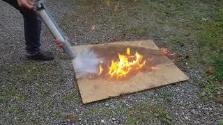 Kolsyra släcker en eld på en bräda